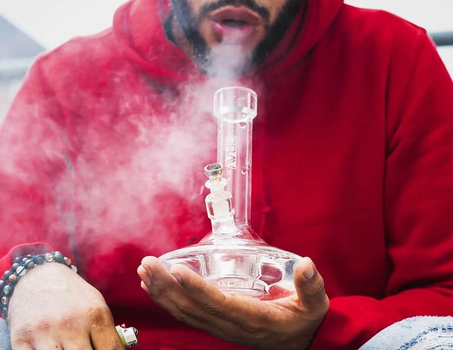 palenie zioła marihuany z bonga